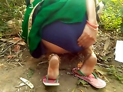 Immense Ass Bhabhi Outdoor Risky Public Fingering In Green Saree Show Big Boobs
