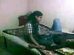 印度的女生拜夏里他妈的和她的男朋友
