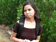 可爱的印度女孩阿曼达普特里在街头有钱,性