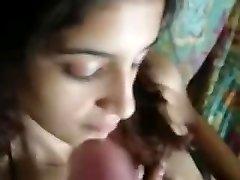 印度的情侣在沙发上