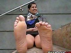 印度女孩戏弄她的脚