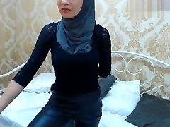 黑发Muslimgirl指法了他的肛门