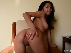 Perfect cam model finger-tickling her pussy