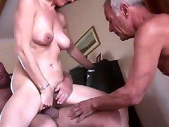 Unexperienced mature cuckold threeway