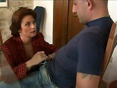 Mature mommy Roberta seduces the guy and bj's his dong suck