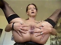 Mature babe jacking while pissing