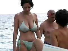 dates25com Hawt milf in bikini at the beach