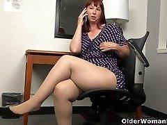 American BBW milf Scarlett has phone romp in office