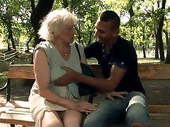 Horny vanaema Norma puhub kõva dick kiimas isaseid pärast suudlemine