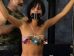 Jaunas vergas seksualus bikini gauti sukrauti ir užrištomis akimis pagal subrendęs meistras