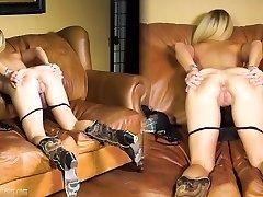 Mėgėjų Mama ant liejimo sofos tampa purvinas, ne BrandNewAmateurs