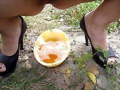 Mina ja mu mees pissing in melon, siis valatakse uriini ise)