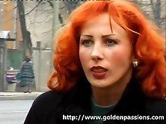 Brandus redhead atsižvelgiant myžti į viešasis parkas