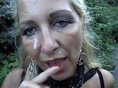 Pradurtas Šviesiaplaukė Mama Gauna Veido Lauke