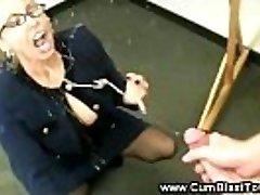 Raguotas mokytojas savo mokiniams varpa jos subrendęs burną