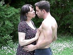 Didelis krūtinėmis Britų MAMA sušikti ne jos sūnus