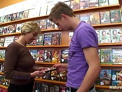 Sexy blonde brandus fucks jį į video parduotuvę