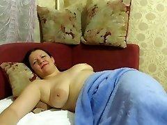 motina miegojo su karoliukais savo pūlingas