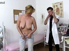 Ulakas kuradi ema ja imemiseks noor arst