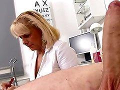 Küps Blond Õde meetmed patsientide peenise pehme ja püstitada