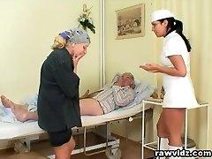 Neklaužada Karšto Slaugytoja Padeda Senas Pacientas Gauti Nustatytą