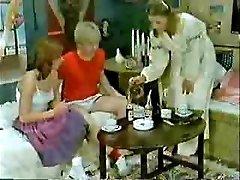 Vend's sõber ja sõbranna mängib arsti, kui ema tuleb-Retro