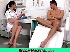 Bossy head nurse milf Renate tugjob noorte meeste