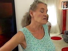 Lühikeste juustega gal Tricia Teen fucks granny ja kiimas mehe 3some