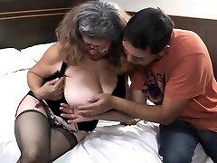 Kohaletoimetamise tüdruk fucks koos vana vanaema, kellel on suur rind