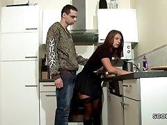 Žingsnis Sūnus Suvilioti MILF Mama Fuck ir Cum ant Kojinės