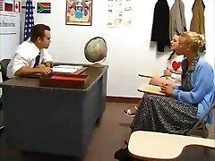 Koolitüdruk perses õpetaja. Ema sõrmede ja kellad