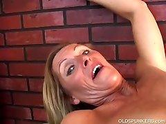 Super seksikas vanem daam mängib temaga mahlane tuss teile