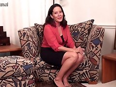 Fantastic Yankee Cougar MILF with shaved pussy