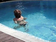 mama educes savo jaunas kaimynas baseinas
