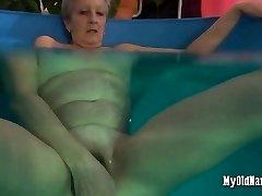 Močiutė myli savo naują baseinas žaislas
