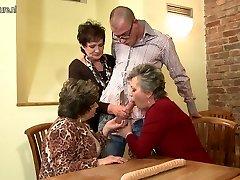 Vanaema VANAEMA ja vanaema perses noor tüdruk