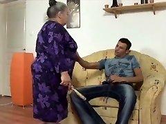 suur ilus naine vanaema võtab nooruslik strapon