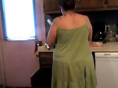 Ema Upskirt valmistada õhtusöök (seksikas roheline kleit ja aluspüksid)