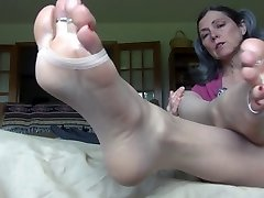 Deep-throat her mature toes