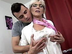 Pašėlusi močiutė su saggy papai pakliuvom jaunas vaikinas