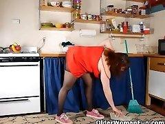 Išsipūtęs mama, pėdkelnės rubs pūlingas su teptuku patiekalas