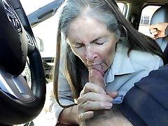 močiutė pateko į automobilį