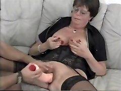 Brandus granny Lena pateko dėl savo kietajame gaidys ir tada naudoja dildo
