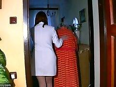 BBW išsipūtęs Slaugytoja masturbuotis su sena Močiutė