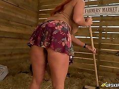 nepadorūs 41 yo moteris faye rampton atskleidžia savo užpakalį ant ūkininkų turgaus