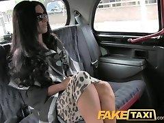 FakeTaxi Super kuum šikk totty aastal backseat kuradi
