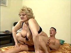 Blond gran prillid seljas, oma kuuma noor tüdruk