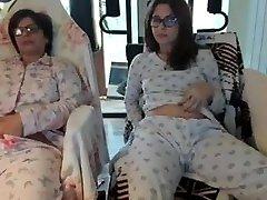 motina ir dukra priešais kamerą