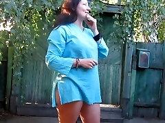 Ma olen pissing hoovis külas ja mu tüdruk on filmitud selle kaamera
