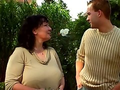 Sodo močiutė ir jaunesnis vaikinas 03
